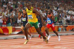 Usain Bolt da Jamaica fixou o recorde mundial e olimpico em 19.30 segundos, ao ganhar a medlaha de ouro dos 200 metros