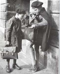 Ilse Bing, Deux écoliers à l'Odéon, 1952, in http://saisdeprata-e-pixels.blogspot.com